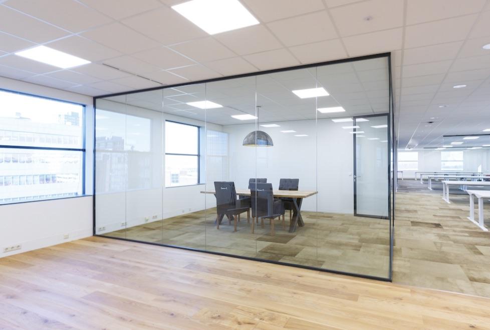 Glazen systeemwand